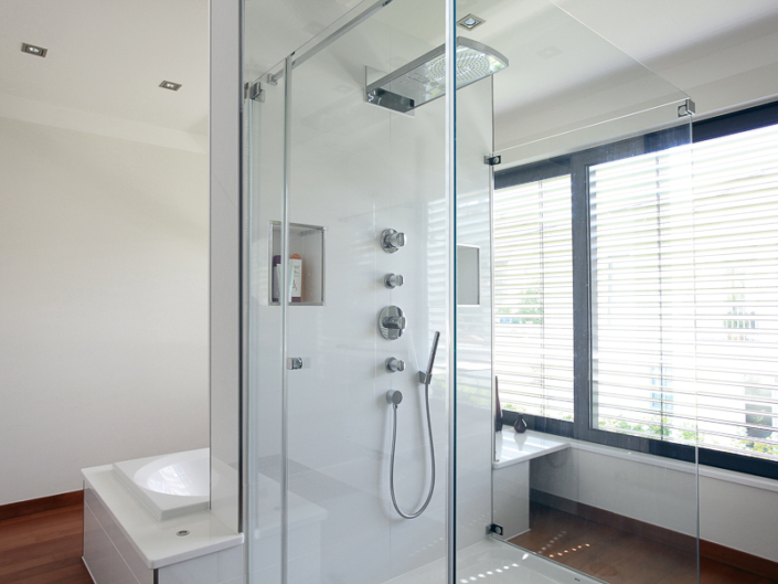 ein modernes, lichtdurchflutetes Bad