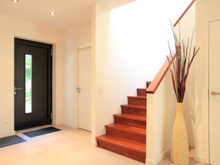 Blick auf die Eingangstür und Treppe ins Obergeschoss