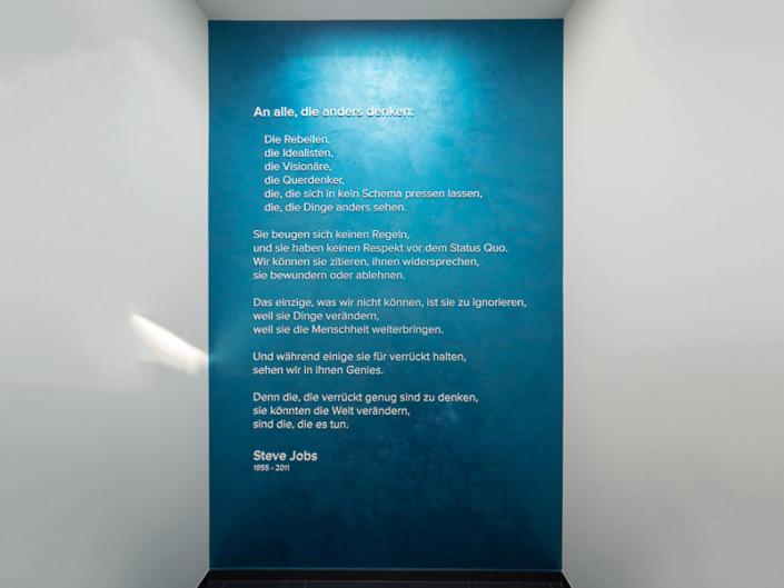 Rede von Steve Jobs auf einer Gedenktafel